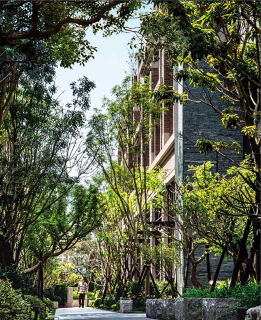 「深耕11」千坪原生種植栽中庭,加上垂直綠化植生牆,為社區隔絕霧霾並提供乾淨好空氣