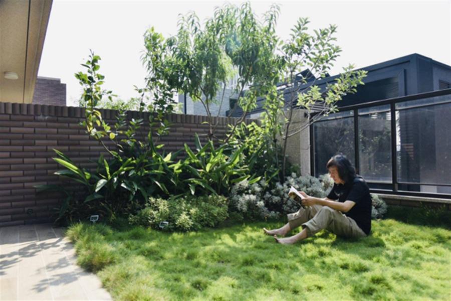 ▲「深耕11」露台採用專利工法的薄層綠化,樓頂也能接地氣種果樹。