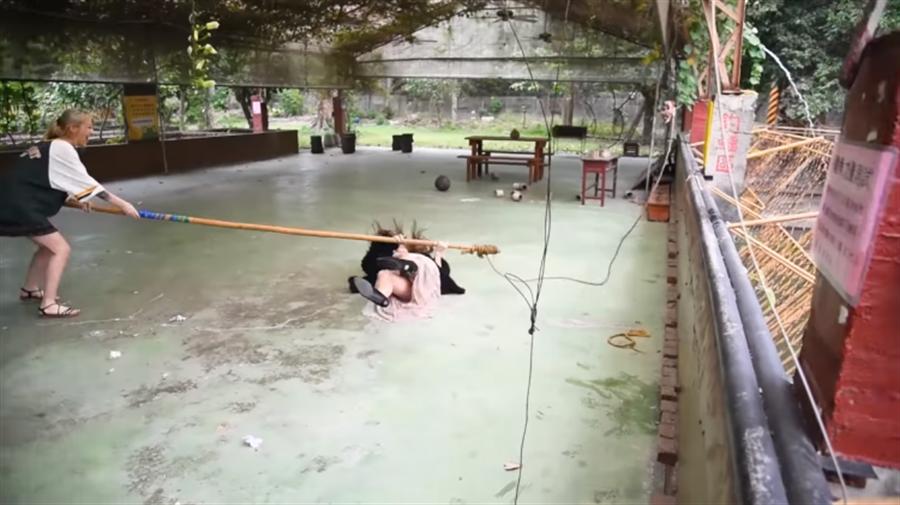 奎丁與鱷魚搏鬥跌倒(圖片截自奎丁Youtube)