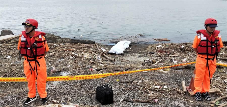 一名男子遺體在竹圍漁港南堤被釣客發現,警消獲報後前往現場。(邱立雅翻攝)