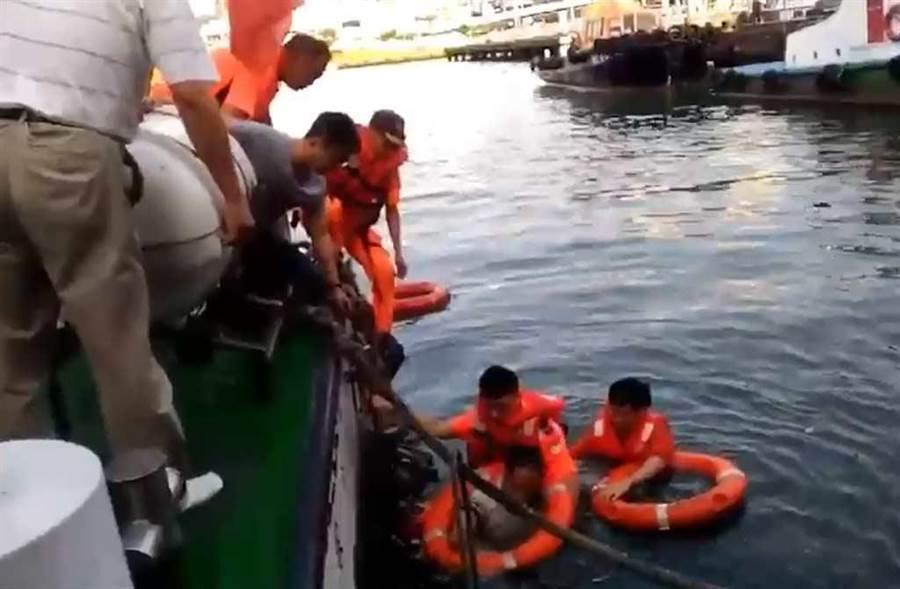 海巡人員跳入水中救人。(海巡署提供)