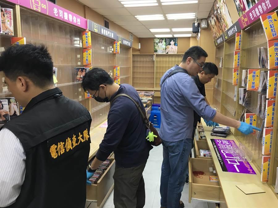 警方至合法掩護非法的情趣用品店搜索,查扣AV光碟3萬餘片、網站主機13部。(胡欣男翻攝)