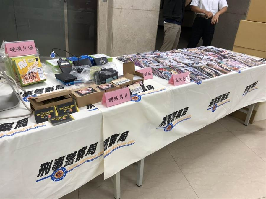 警方查扣AV光碟3萬餘片、網站主機13部。(胡欣男翻攝)