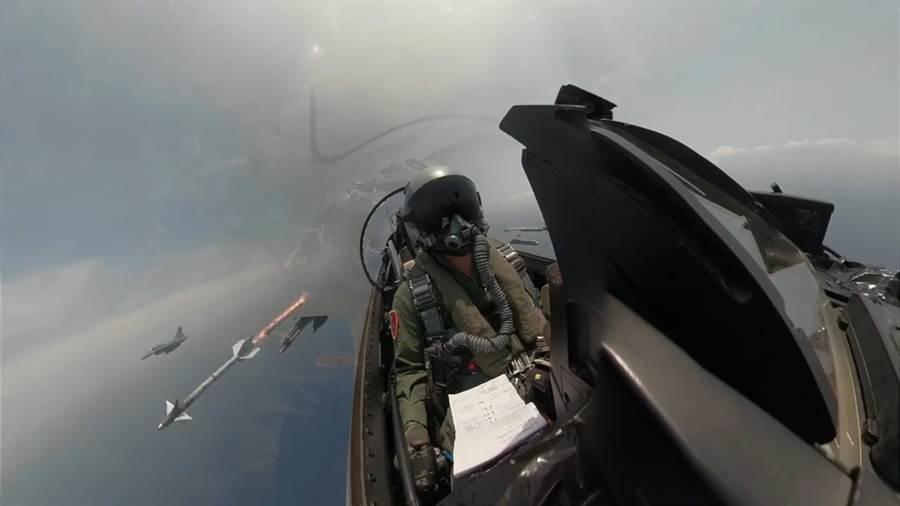 空軍透過空拍畫面公布F-16戰機發射響尾蛇飛彈實況畫面。〈國防部提供〉