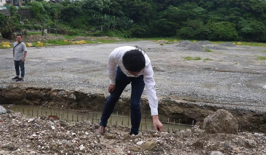 基隆市和平島和一路停車場,因為在10日挖到文物,立委蔡適應現勘後,協調改用其他停車場地。(張穎齊翻攝)