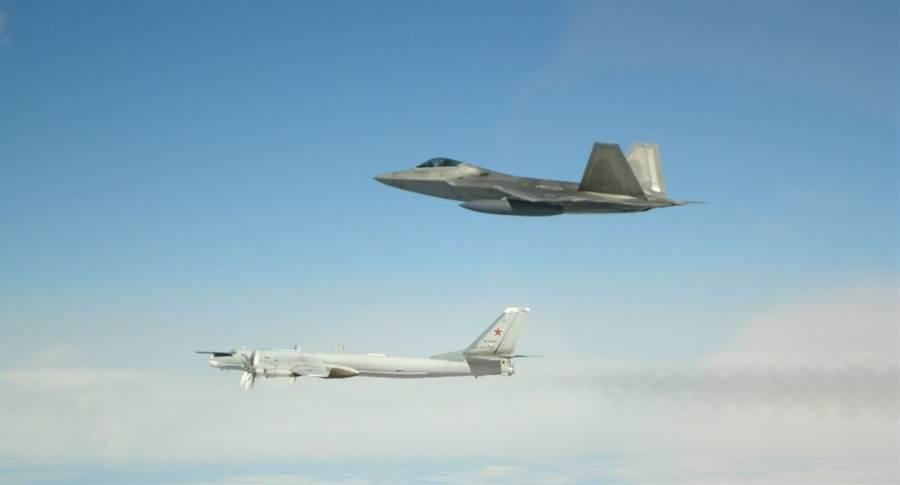 俄國Tu-95與Su-35進入阿拉斯加的美國防空識別區,美國立即派出F-22升空攔截。(圖/美國空軍)