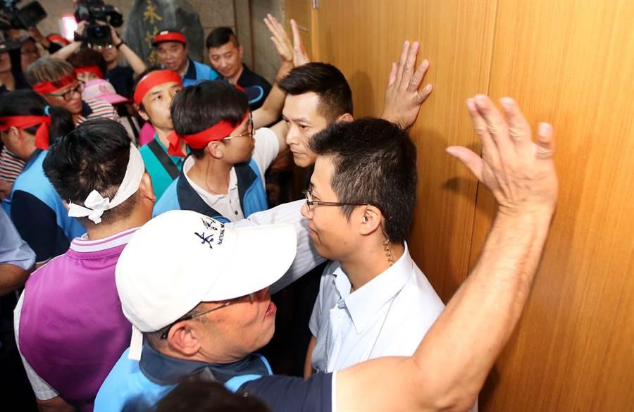 抗議民眾大聲拍打正在舉行中常會的會議室大門。(范揚光攝)