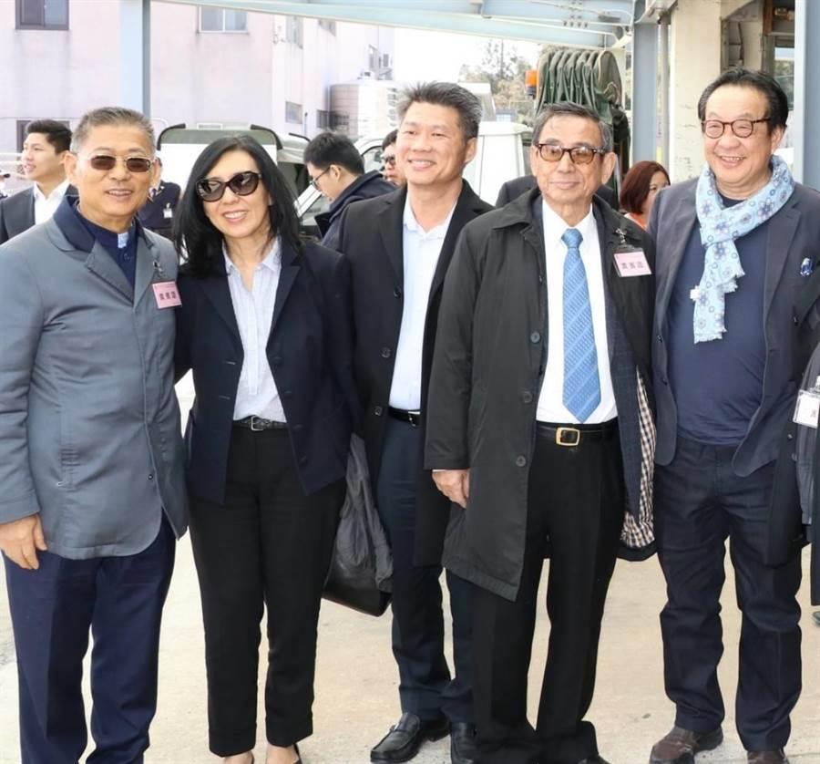 昇恆昌免稅商店董事長江松樺(左一)與馬來西亞僑領楊肅斌(右一)等人在金門大學合影。(金大提供)