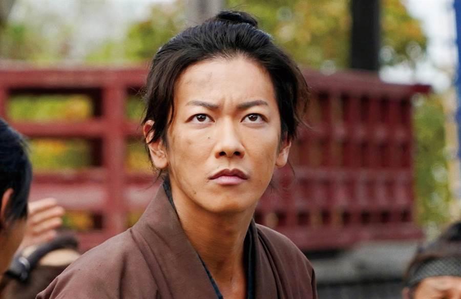 導演要求演員不准看劇本、想說什麼就說什麼,佐藤健時常被搞得一個頭兩個大,於是乾脆不講話。天馬行空提供