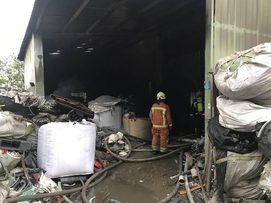 大園區中正東路一家資源回收廠起火,火勢控制後救難人員發現一名女子倒臥現場已無氣息。(邱立雅翻攝)