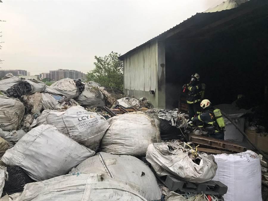 大園區中正東路一家資源回收場發生火警,火勢迅速被控制。(邱立雅翻攝)