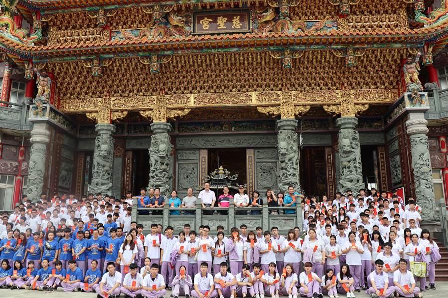 陽明工商舉辦「六藝成年禮」活動,228名應屆畢業生至官田慈聖宮參拜。(劉秀芬攝)