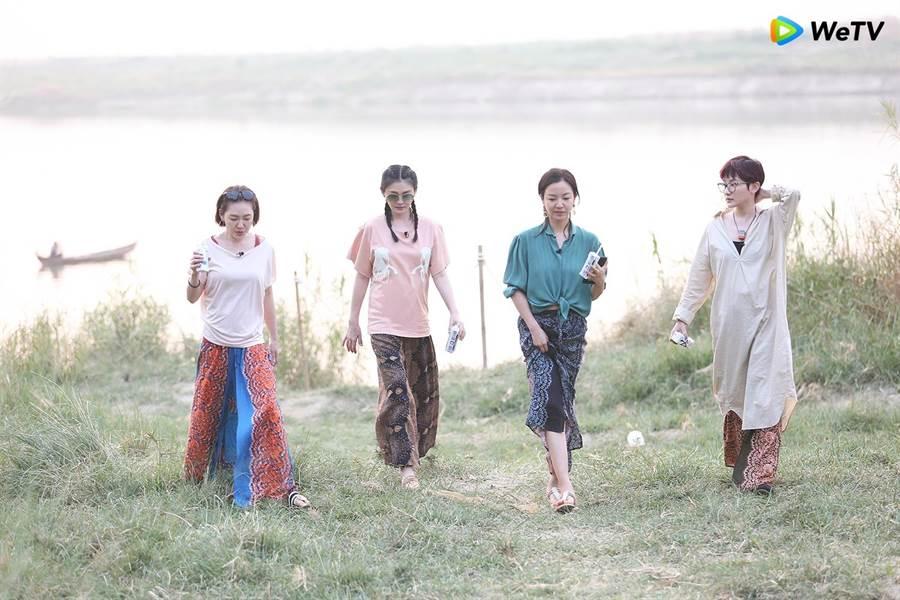 小S(左起)大S、阿雅、范曉萱錄製《我們是真正的朋友》泛舟看夕陽。(WeTV提供)