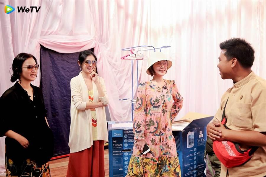 阿雅(左起)大S、小S錄製《我們是真正的朋友》跟餐廳老闆聊天。(WeTV提供)