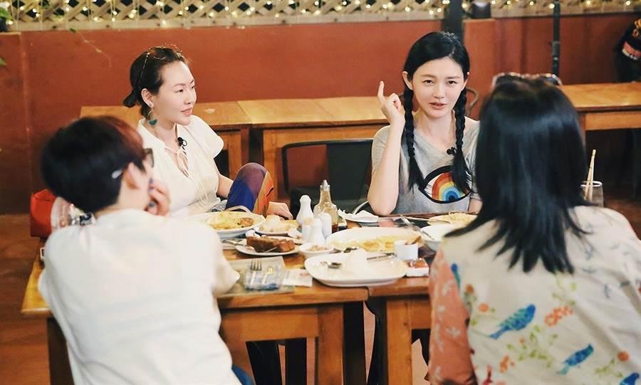 大S(後右)與小S(後左)在餐桌前聊起「時尚」話題。(WeTV提供)