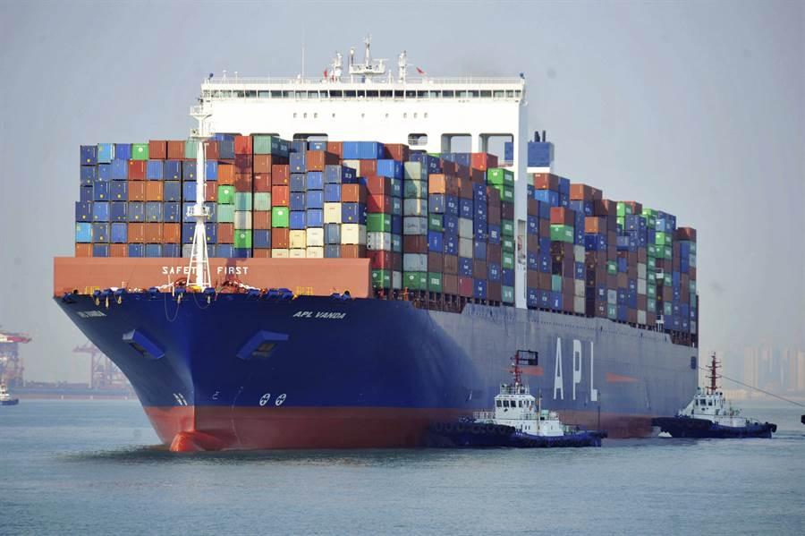 大陸美國商會的調查顯示,已有4成大陸美商考慮將生產設施遷出中國大陸,其中部份已經開始遷移。圖為山東青島港的貨櫃輪。(圖/美聯社)