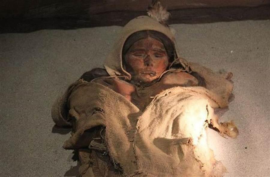 中国楼兰美女尸体尘封沙漠中,历经三千多年出土而未腐烂,至今仍令人啧啧称奇。