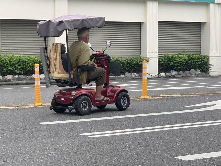 長輩騎電動車很便利,但安全也得顧慮。(廖志晃攝)