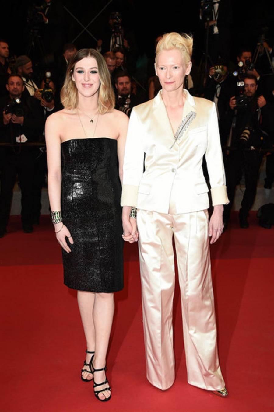 蒂達史雲頓(右)牽著愛女沃娜史雲頓拜恩到場觀影。(擷取自網路)