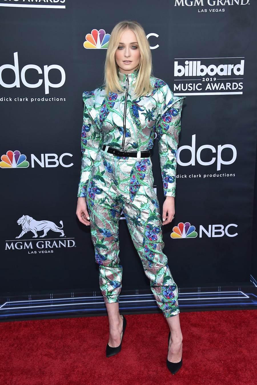 蘇菲特納在拉斯維加斯出席2019 Billboard音樂頒獎典禮時,選穿LV花紋刺繡上衣9萬8500元,花紋刺繡長褲8萬4000元。(LV提供)
