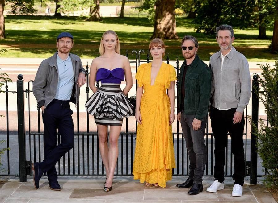蘇菲特納(左2)相當重視電影《黑鳳凰》在倫敦的首映,在LV 2020早春小洋裝的襯托下甜美又充滿個性。(LV提供)