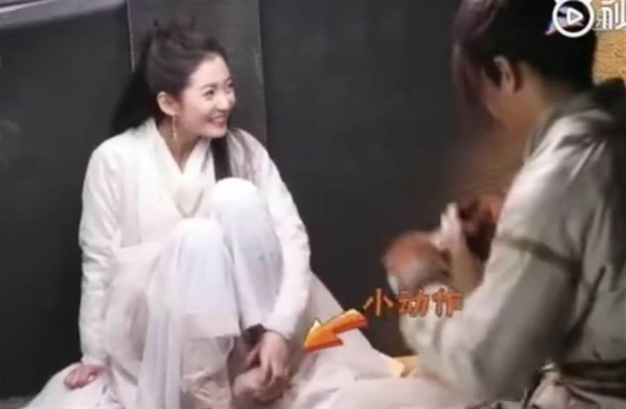 陳鈺琪片場不顧形象摳腳。(取自微博)