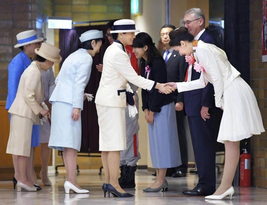 日本新皇后雅子,首次以皇雅的身分出席公開場合,在東京接見日本紅十字會官員。(圖/共同社)