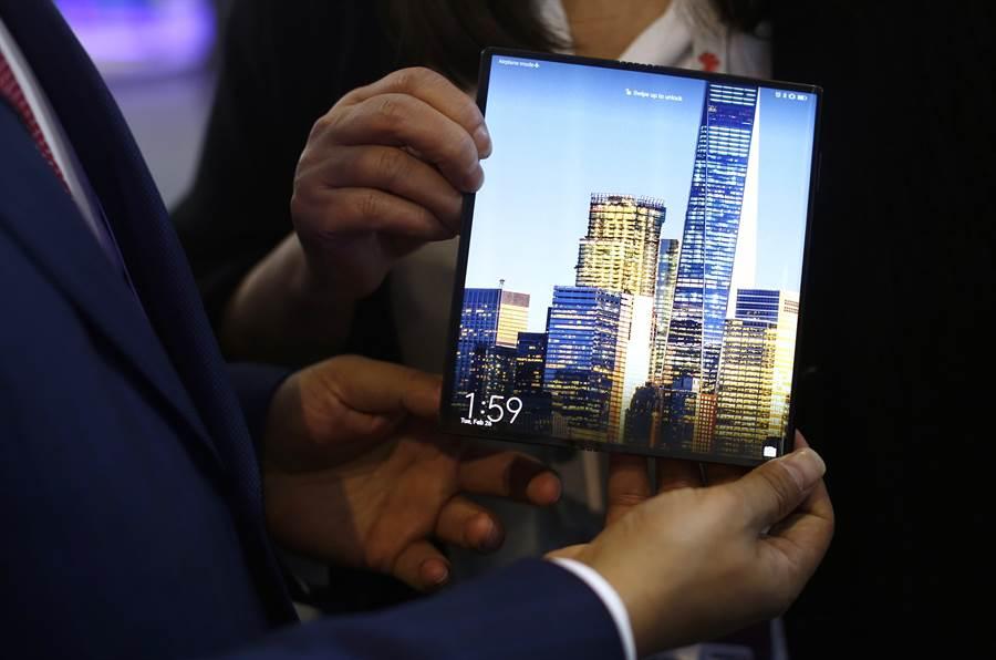華為在巴塞隆納無線通訊展上首次展出MateX 可折疊螢幕5G手機,引起各電信商高度興趣。但美國禁用華為之後,英電信商EE已宣佈不提供華為5G手機。(圖/美聯社)