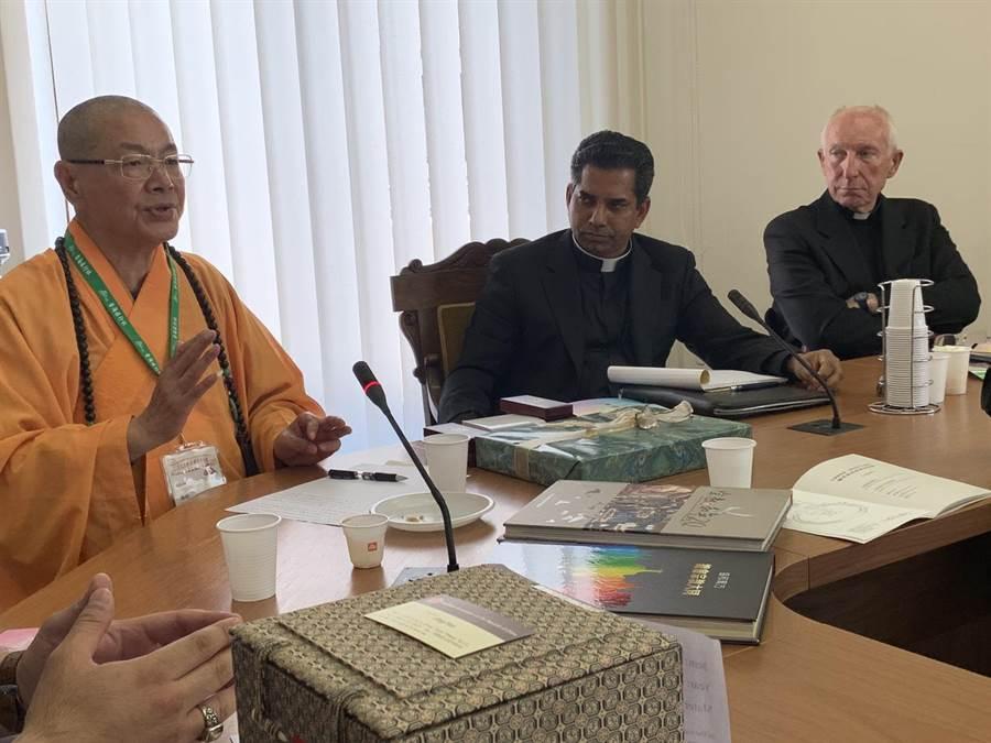中國佛教會理事長釋淨耀與教廷「聖座宗教交談委員會」成員對話。(吳健豪提供)