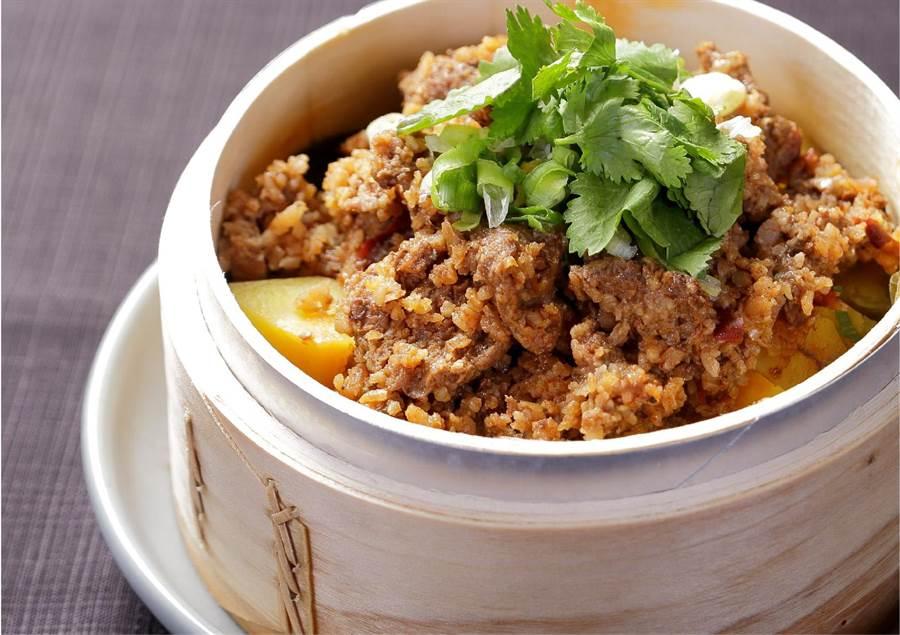 「粉蒸牛肉」又名小籠蒸牛肉,是四川地區的傳統名菜。(故宮晶華提供)