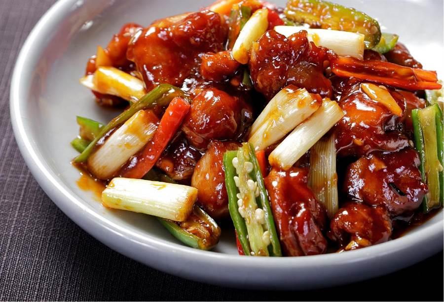 「大千雞」為張大千與川菜主廚好友陳健民、也是知名的日本中華料理鐵人冠軍陳建一之父所共同創作的料理。(故宮晶華提供)