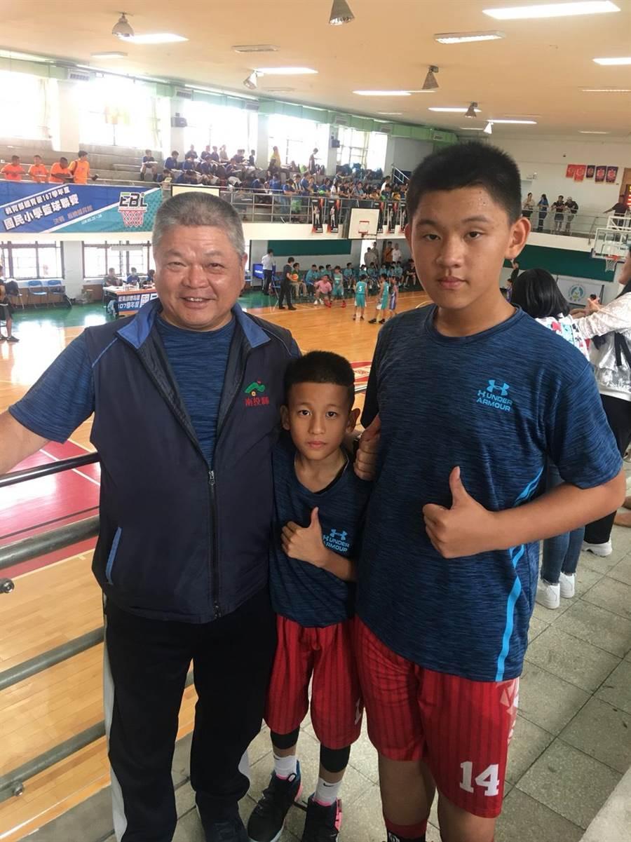 埔里國小籃球隊中鋒李育誠僅小五已有177公分,與他最有默契的搭檔是小六的李喬雋,他僅137公分。(圖/埔里國小提供)