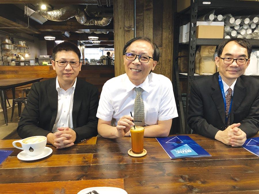 圖左起為牧德科技總經理陳復生、董事長汪光夏、育成中心主任安寶傑。圖/王賜麟