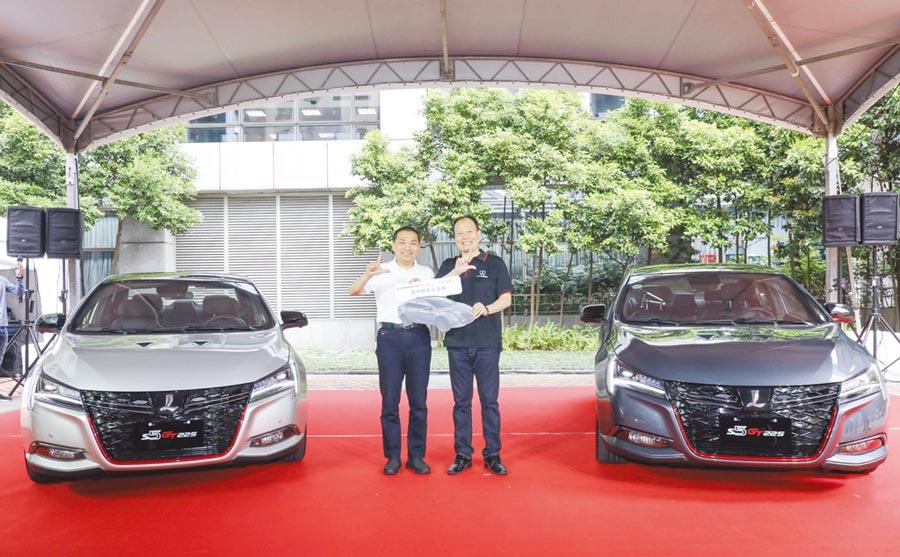 納智捷汽車總經理蔡文榮(右)代表公司捐贈納智捷S5 GT225給新北市政府作為警用偵防車,新北市長侯友宜試乘後親自為新車背書。圖/業者提供