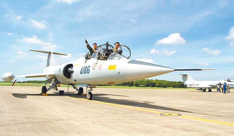 圖為1998年全世界最後一批F104戰機降落在台中清泉崗基地,正式除役。(本報資料照片)