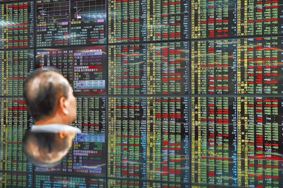 台股昨所幸有政府基金護盤,守住年線10,439點關卡。圖為14日股市重挫。(本報資料照片)