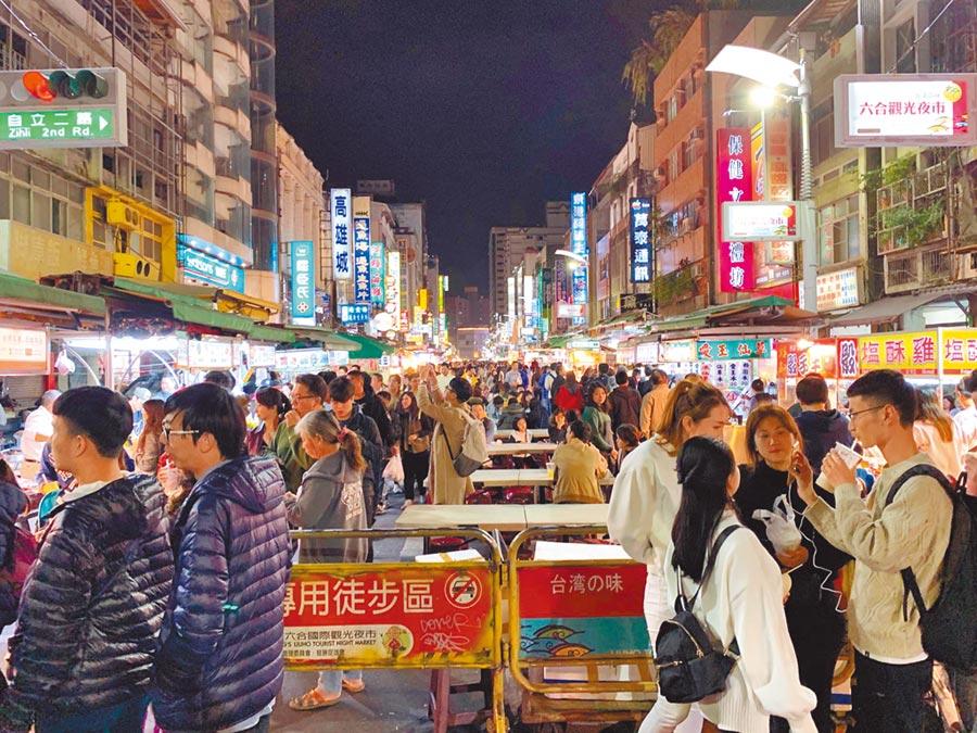 網友烏龍爆料六合夜市人潮靠「臨演」,但照片會說話,圖為韓國瑜就任高雄市長後的景象,夜市管委會說人潮多了3、4成。(柯宗緯攝)