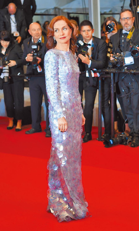 伊莎貝拉雨蓓在《法蘭琪》首映穿閃閃發亮的Armani Prive大亮片裝,緊身設計展現姣好身段。(法新社)