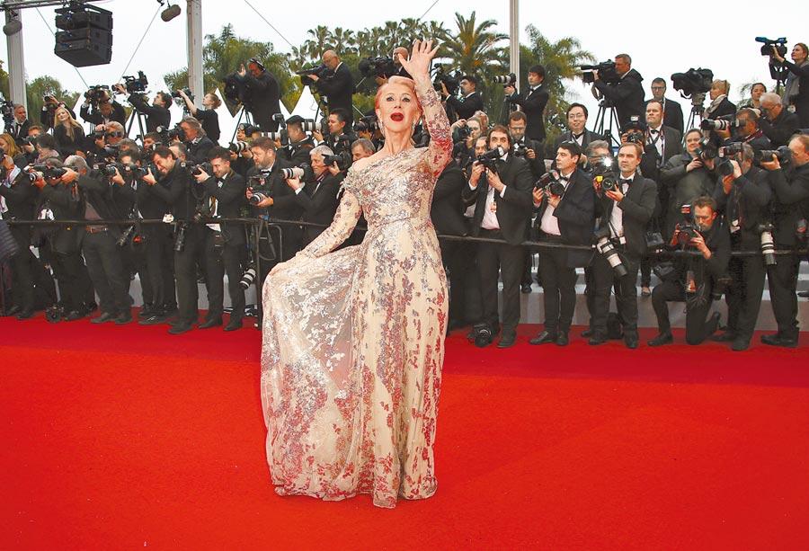 海倫米蘭粉紅髮色配Elie Saab玫瑰金高級訂製服,出席法國電影《The Best Years of a Life》首映十足搶鏡。(美聯社)