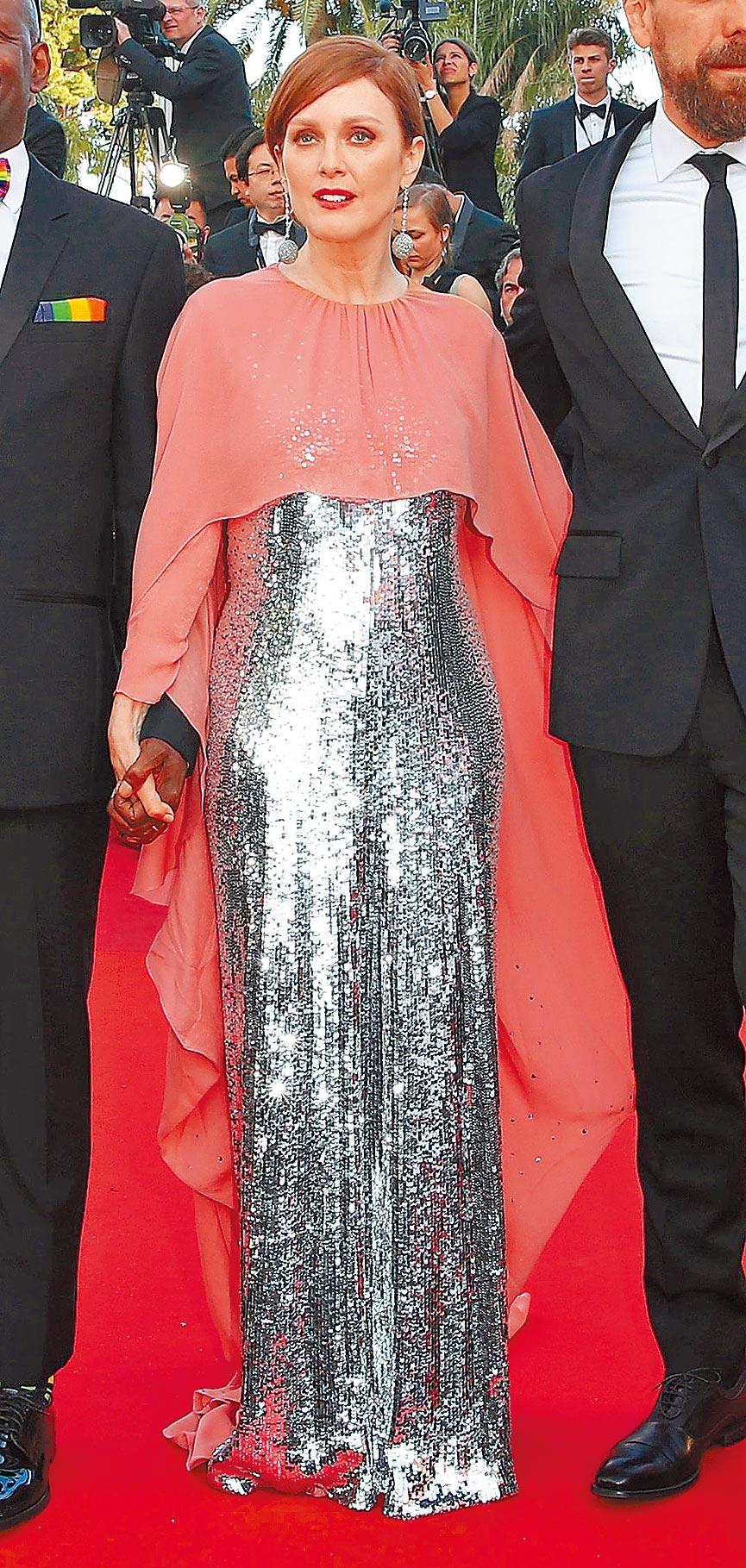 茱莉安摩爾出席《火箭人》首映穿GIVENCHY珊瑚橘粉披肩配銀色亮片高訂禮服,佩戴蕭邦頂級珠寶系列耳環、戒指,聚焦並不失甜美。(GIVENCHY提供)