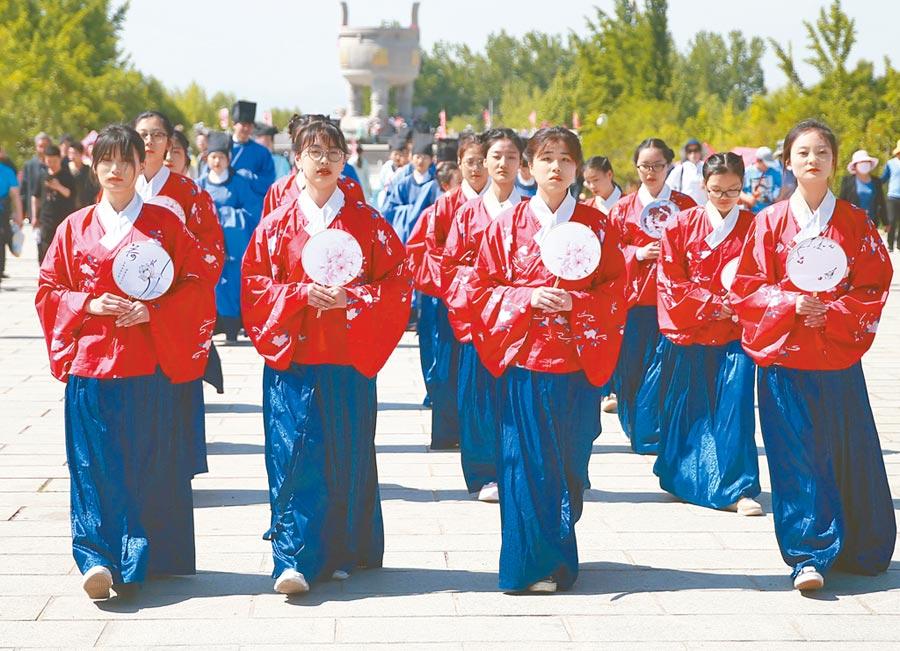 5月1日,山東沂蒙山龜蒙景區舉辦漢服文化節,吸引500餘名漢服愛好者參加。(中新社)