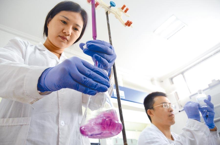 2018年8月7日,北京清華大學20名博士研究生在山東省濱州市進行為期6周的暑假社會實踐活動。(新華社)
