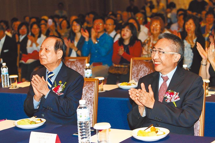 國會黨主席悟覺妙天(左)、《中國時報》社長王丰(右)21日出席「蔡政府兩岸政策總體檢」座談會。(本報系記者鄧博仁攝)