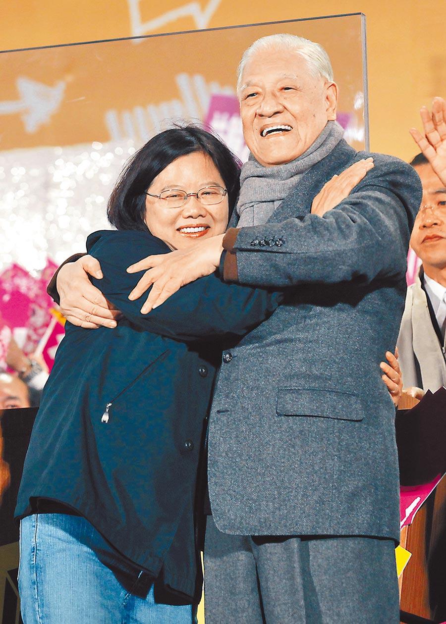2012年總統大選前,前總統李登輝(右)擁抱時任民進黨總統候選人蔡英文,為她加油打氣。(本報系資料照片)