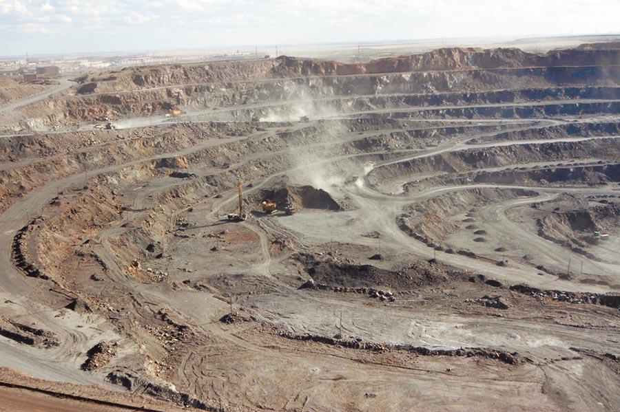 內蒙包頭市,稀土故鄉白雲鄂博一礦區對稀土進行開採作業。(CFP)