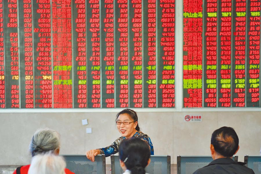成都一家證券營業部的股民21日討論大盤走勢。(中新社)