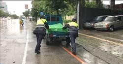小貨車暴雨中熄火 神力警徒手推車