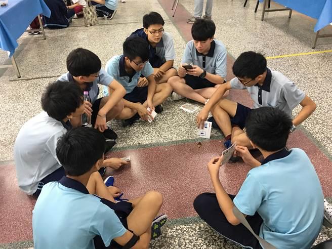 男同學分組體驗「遛蟑」,近距離觀察蟑螂的一舉一動。(王文吉攝)