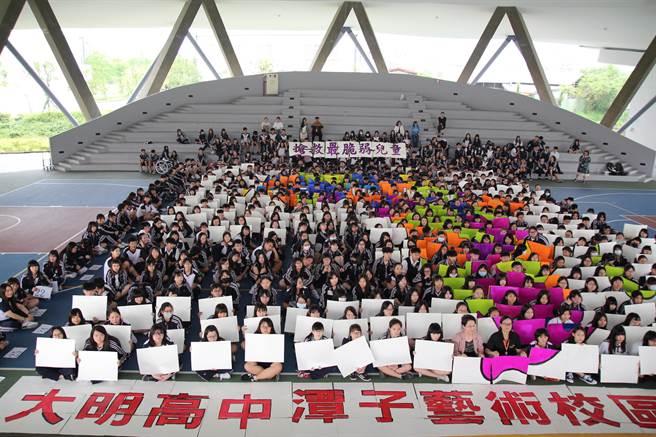 大明高中藝術校區500名師生體驗飢餓12小時,並捐助一餐費用,支持人道救援行動。(王文吉攝)