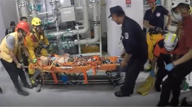 南科台積電18廠23日下午驚傳工安意外,2名工人疑因吸入氮氣昏迷,送醫急救後,截至晚間7點1人死亡,1人命危。(劉秀芬翻攝)